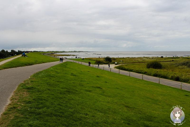 Spaziergang über den Deich an der Nordsee