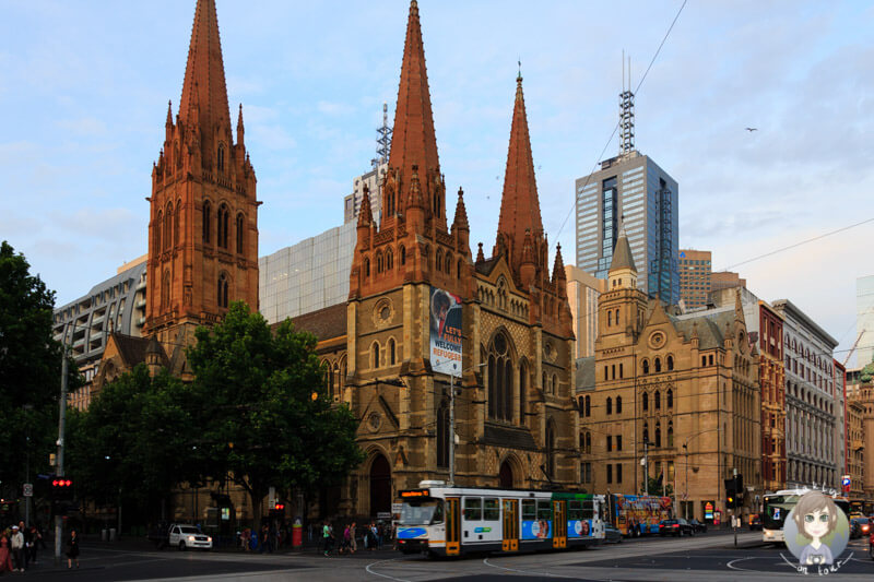 Die St. Pauls Cathedral am Federation Square in Melbourne, Australien