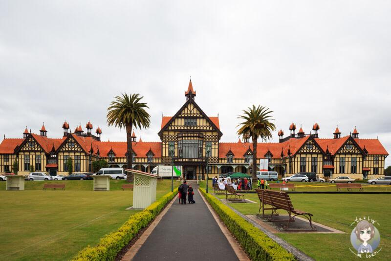 Ein gelbes Gebäude in Rotorua, das Rotorua Museum, Neuseeeland