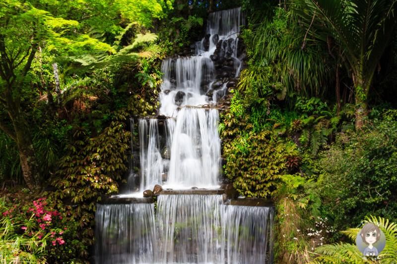 Ein wunderschöner Wasserfall im Pukekura Park, New Plymouth, Neuseeland