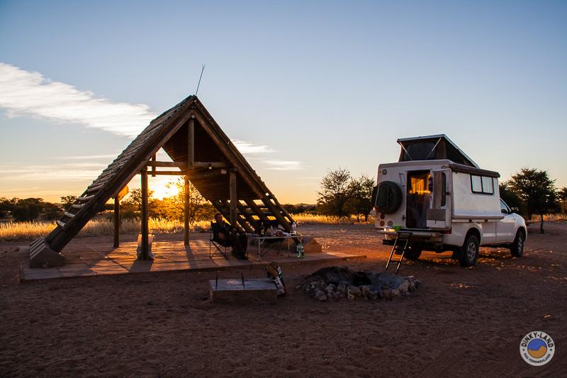 Ein Camper in Namibia auf einem Campingplatz bei Sonnenuntergang Camping in Namibia ein traum