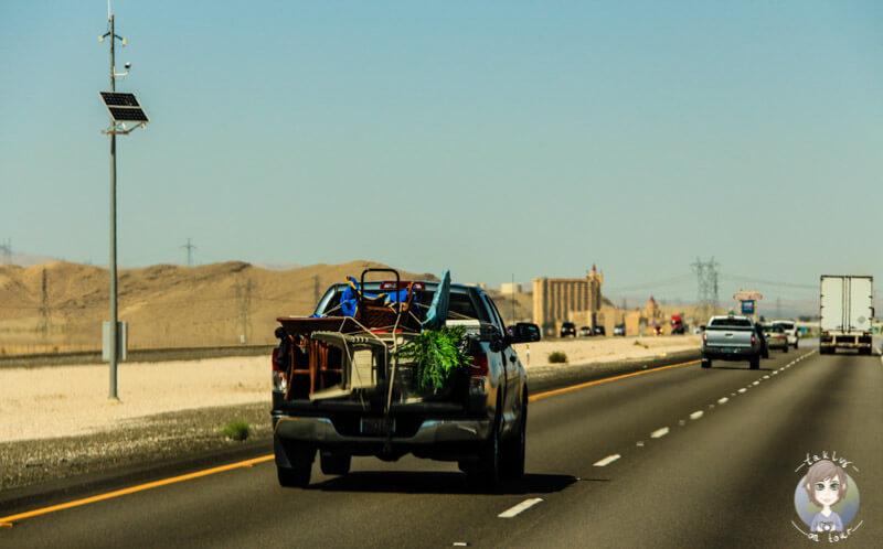 Blick auf ein vollbepacktes Auto dank der Urlaubscheckliste zum Ausdrucken wird das nicht passieren