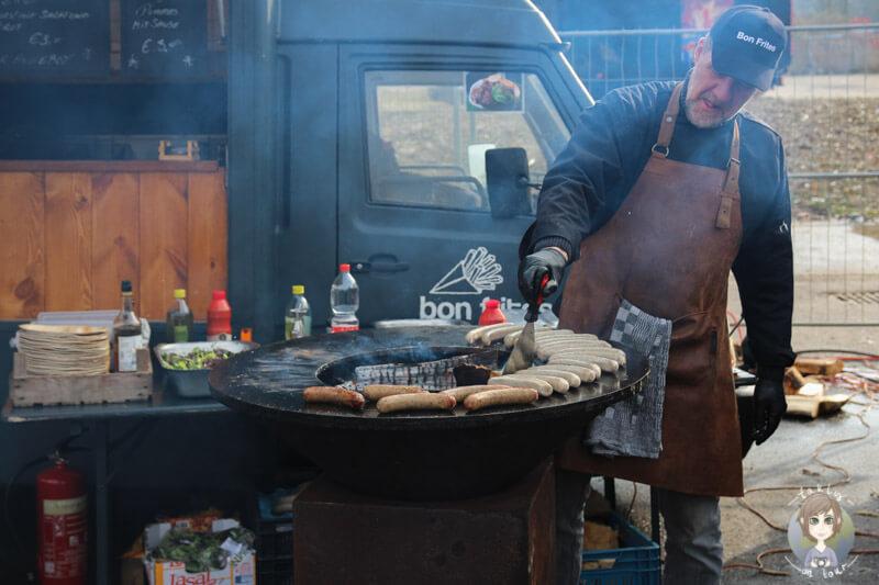 Würstchen werden auf dem Street Food Festival in Köln gegrillt