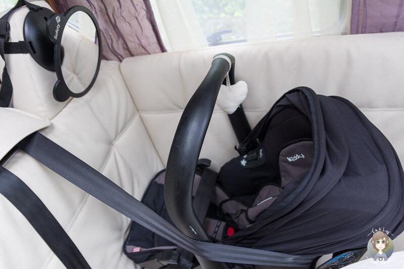 Ein Rücksitzspiegel für eine Autofahrt mit Baby