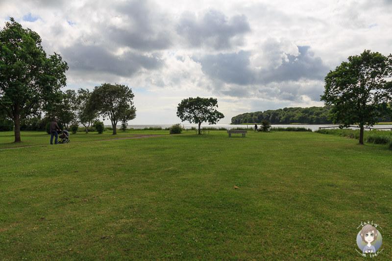 Der Stadtpark von Nysted liegt direkt am Wasser