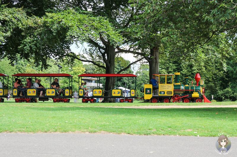 Eine Fahrt durch den Rheinpark in Köln mit der Kleinbahn