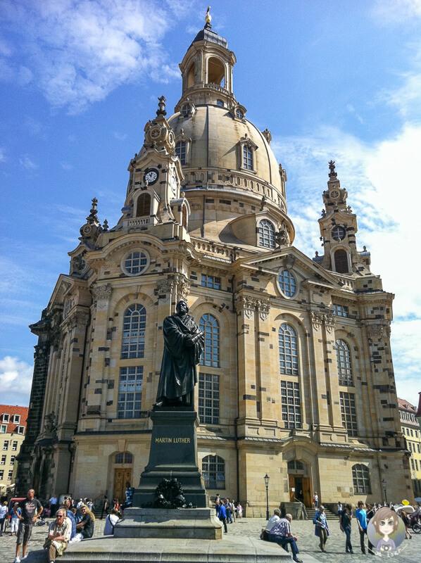 Luther Statue steht vor der Frauenkirche in Dresden