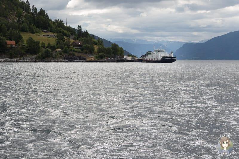 Eine Fähre in Norwegen überquert den Fjord
