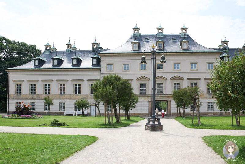 Blick ueber den Fliederhof auf das Schloss Pillnitz