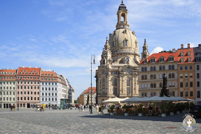 Platz vor der Frauenkirche Dresden mit Blick auf die Kirche