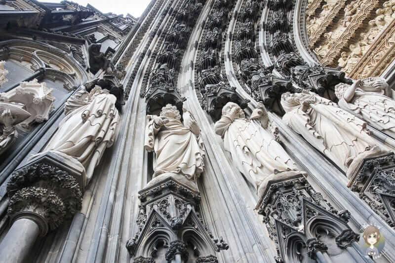 Heilige Figuren am Domportal sind Sehenswürdigkeiten Köln