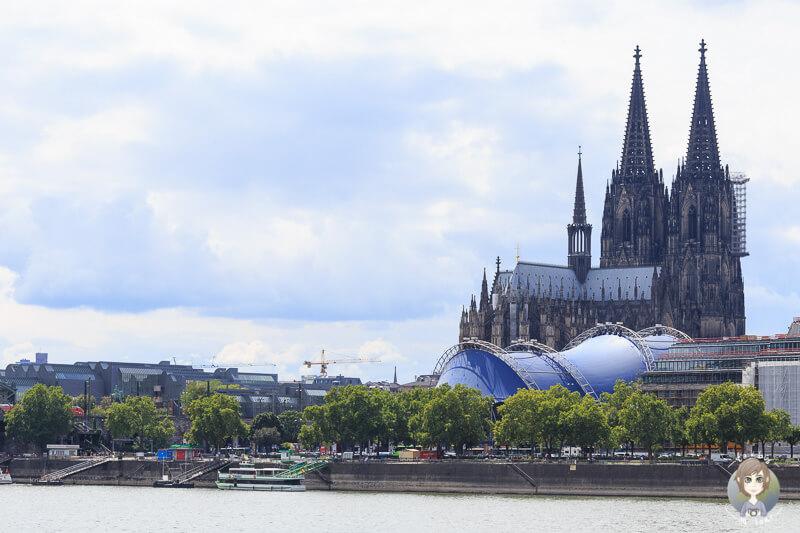 Ein Blick auf den Dom von der anderen Rheinseite ist einer der Highlights an Sehenswuerdigkeiten in Koeln