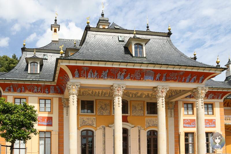 Das Wasserpalais Pillnitz mit seinen bunten Malereien aus der Naehe