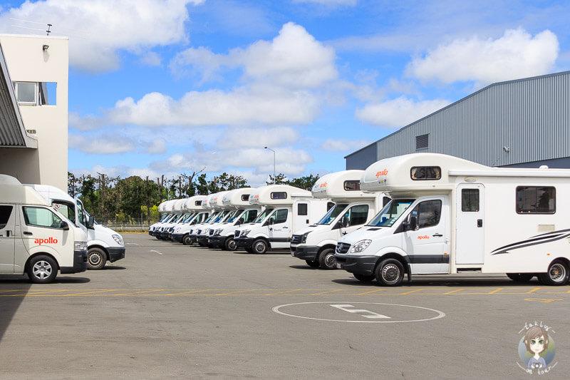 Viele Camper auf einem Platz brauchen Tipps für das Reisen mit Camper in Neuseeland