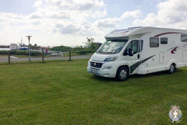 Ein Wohnmobil auf einem der Campingplaetze in Lolland, Daenemark
