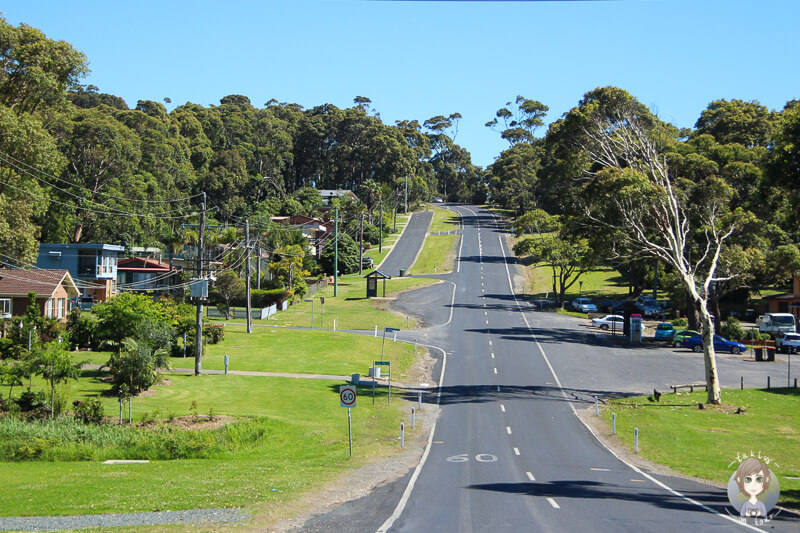 Fahrt durch eine Ortschaft Richtung Batemans Bay, NSW