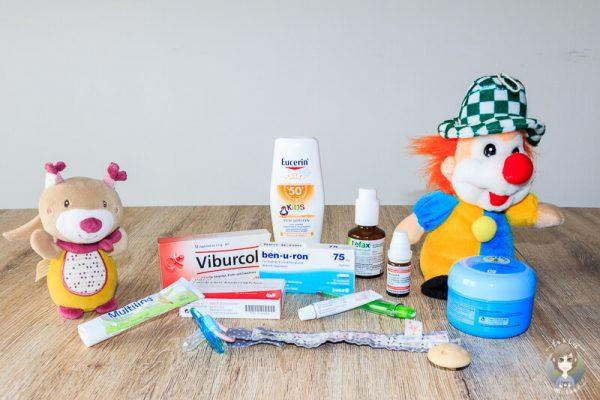 Medikamente und Kuscheltiere zum Thema Reiseapotheke fuer Babys