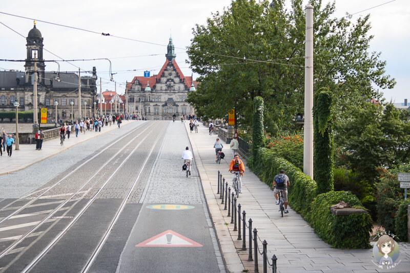 Fahrt ueber die Augustusbruecke in Dresden