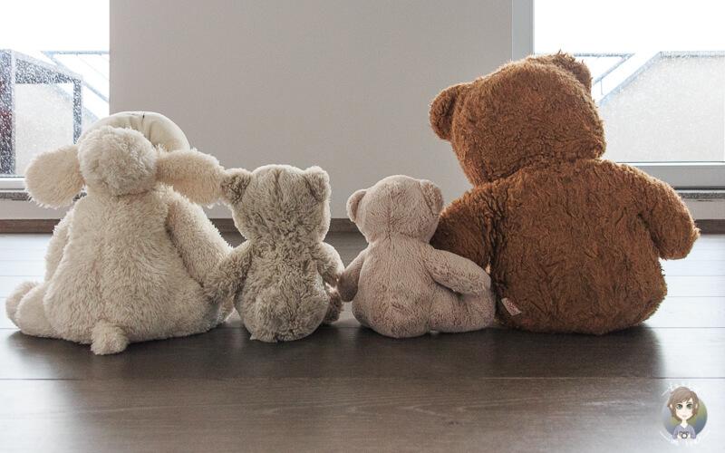 Vier Teddybaeren sitzen in einer Reihe Veraenderungen mit Baby