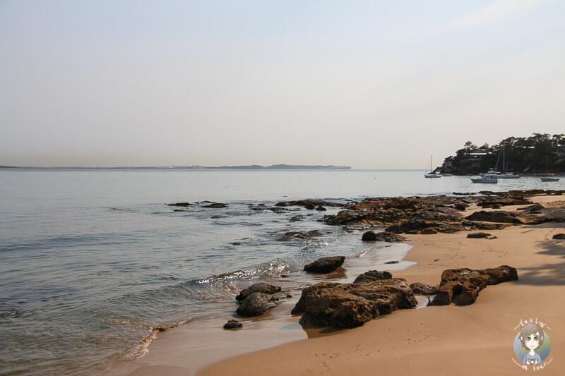 Strand von Bundeena, Australien mit Segelbooten in der Ferne