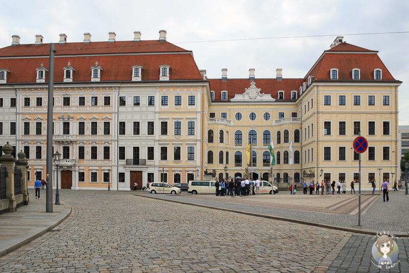 Das gelb weiße Hotel am Theaterplatz in Dresden