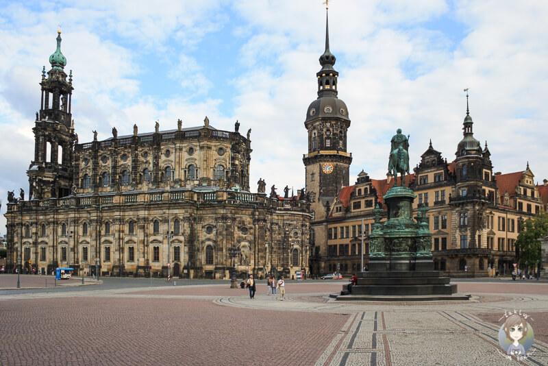 Links die Hofkirche, rechts das Residenzschloss in Dresden