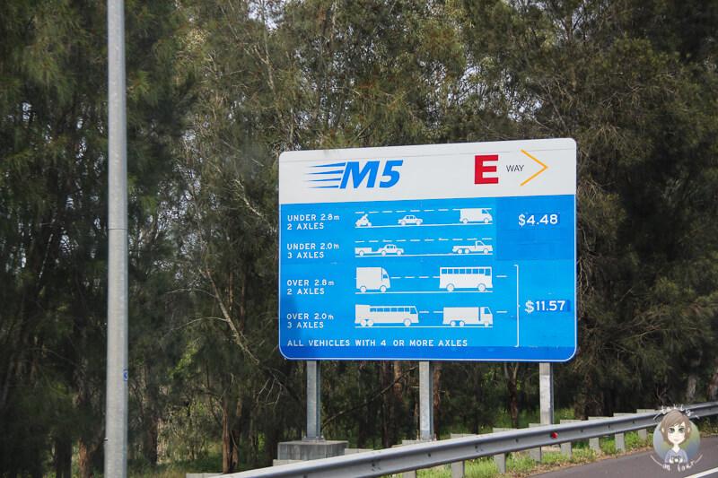 Strassenschild mit Mautgebuehren der M5 in Sydney