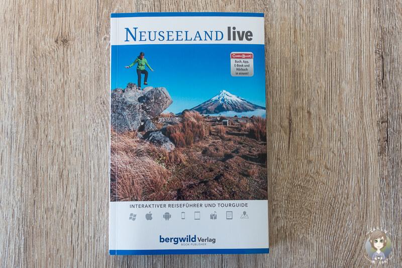 Der Reisefuehrer Neuseeland live vom Bergwild Verlag auf einem Tisch