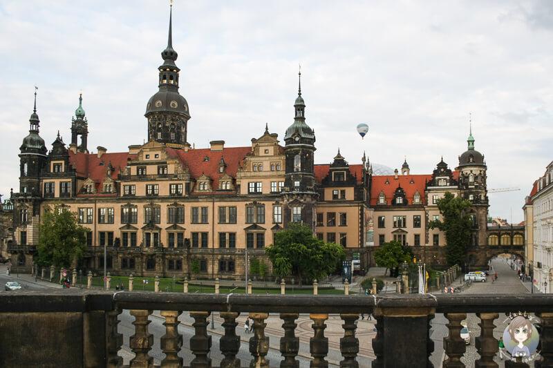 Toller Blick vom Zwinger auf das Residenzschloss mit Heissluftballon im Hintergrund