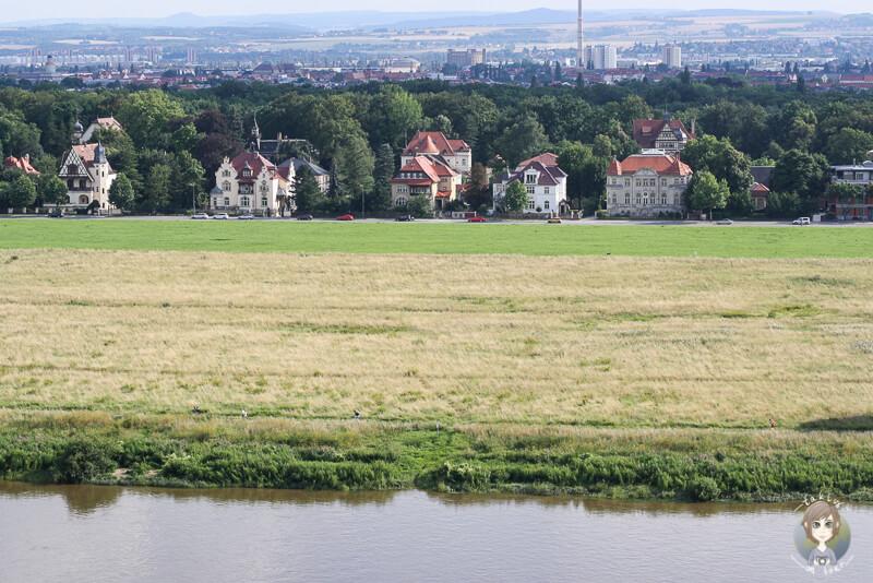 Blick auf schoene Haeuser auf der anderen Seite der Elbe