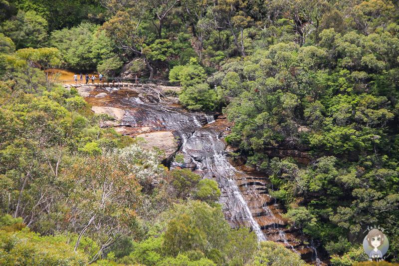 Blick auf den Wentworth Wasserfall der Steine hinunterfaellt