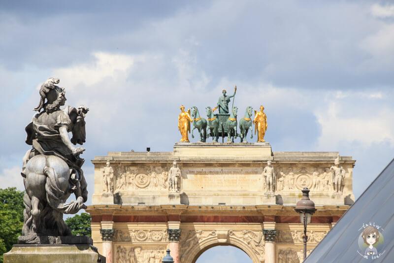 Der obere Abschnitt des Arc de Triomphe du Carrousel in Paris mit Reitern auf dem Dach