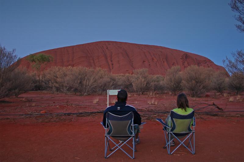 Ein Paar in Campingstuehlen in Australien Auszeit als Paar auf Weltreise
