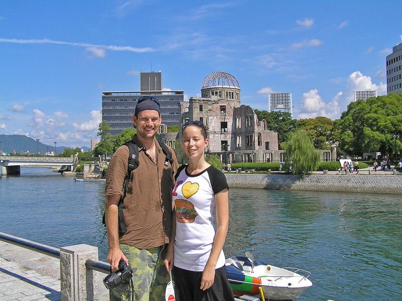 Auszeit als Paar auf Weltreise vor der Skyline von Hiroshima