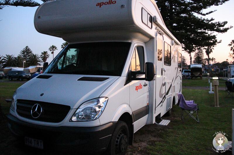 Camper bei Sonnenuntergang auf dem Campingplatz