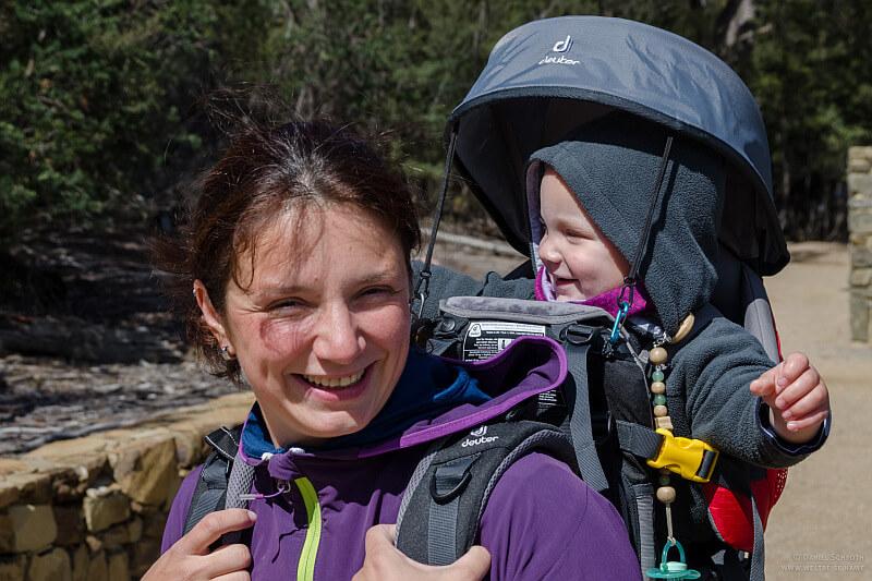 Auf der Elternzeit in Neuseeland Mutter beim Wandern mit ihrem Sohn