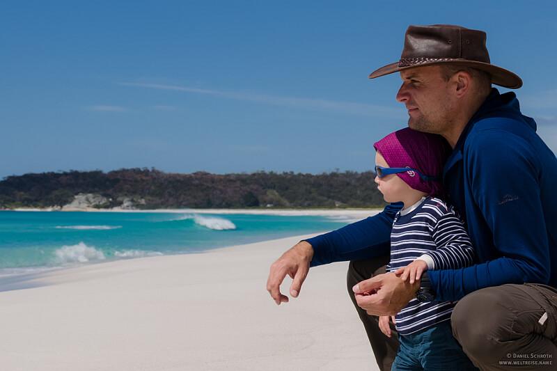 In der Elternzeit Reisen an das Meer Vater mit Sohn blicken auf das Wasser