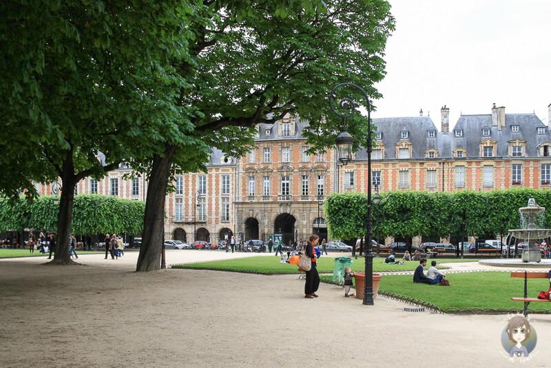 Platz der Vogesen in Paris mit rotem Gebaeude im Hintergrund