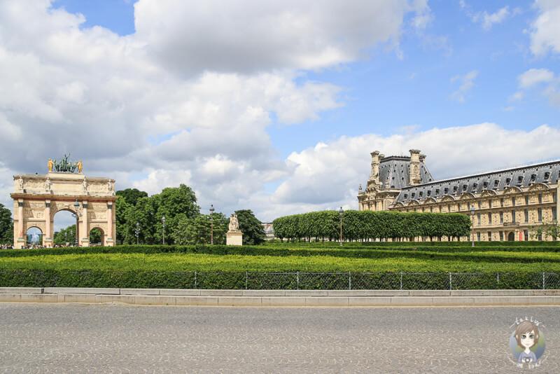 Der Place du Carrousel mit dem Triumphbogen links und dem Garten rechts