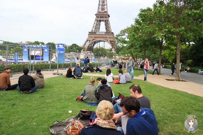 Public Viewing mit Blick auf den Eiffelturm