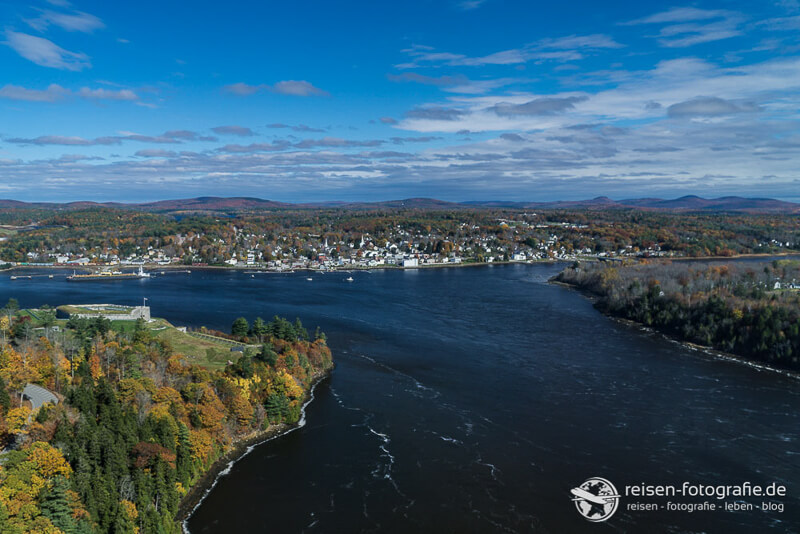 Blick auf den Indian Summer in Maine Unterschied Westkueste USA zu Ostkueste USA