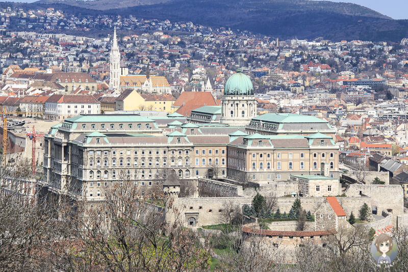Fantastischer Blick auf die Burganlage in Budapest vom Gellértberg und der Zitadelle