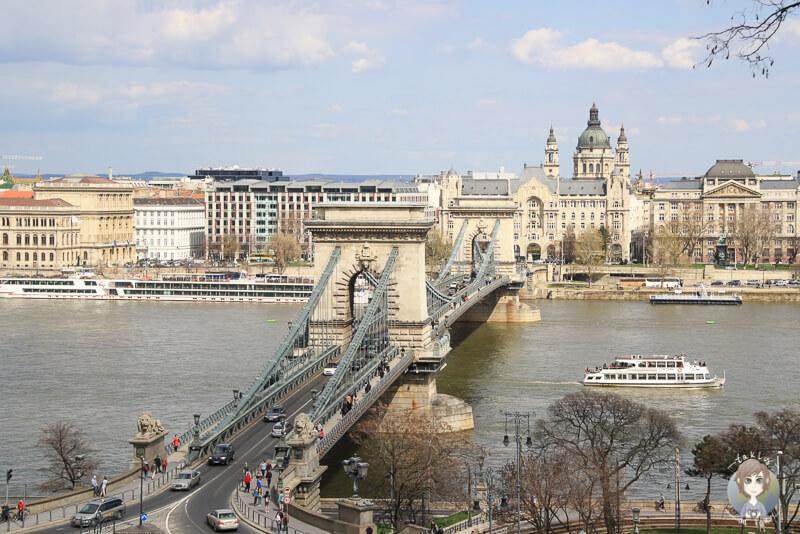 Blick auf die Kettenbruecke vom Burgberg in Budapest