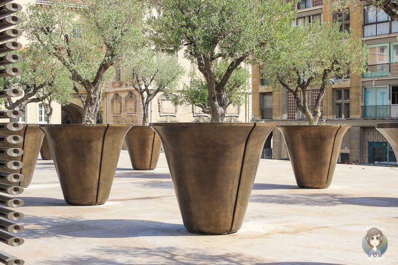 Ueberdimensionale Blumentoepfe und Pflanzen auf dem Place de la Mairie in Marseille