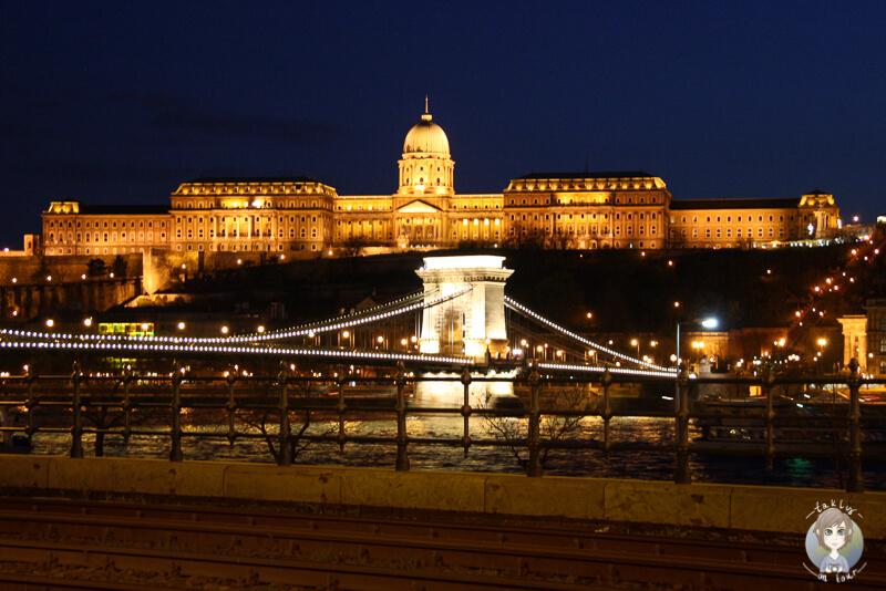 Toller Blick auf die Kettenbrücke und die Burg von Budapest bei Nacht
