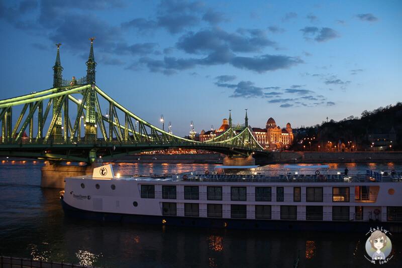Daemmerung in Budapest an der Donau