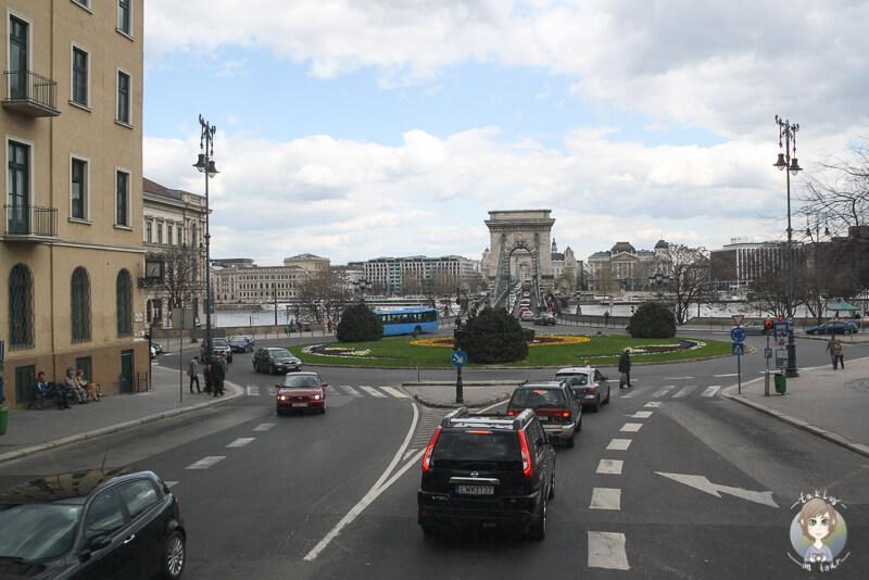 Blick auf den Kreisverkehr an der Kettenbruecke in Budapest