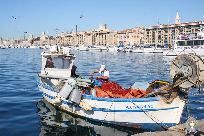 Ein Fischerboot im Hafen von Marseille wo der Fischmarkt statt findet
