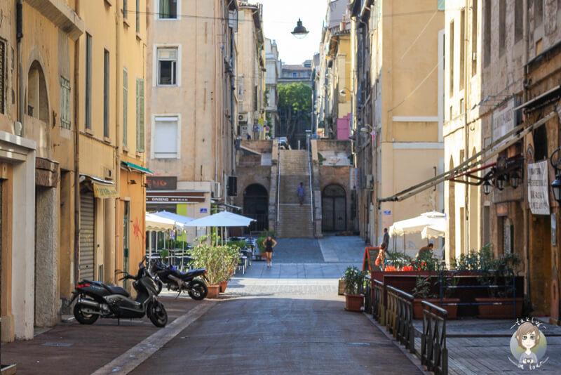 Schoene Gassen von Marseille auf dem Weg zur Basilika