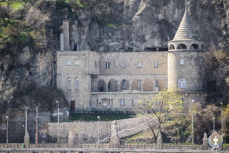 Blick auf die Gellért Hill Cave jenseits der Donau in Budapest